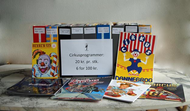 f6dfca77a3ca I cirkusvennernes stand på julemarkedet er langt over 100 danske og  udenlandske programmer til salg.